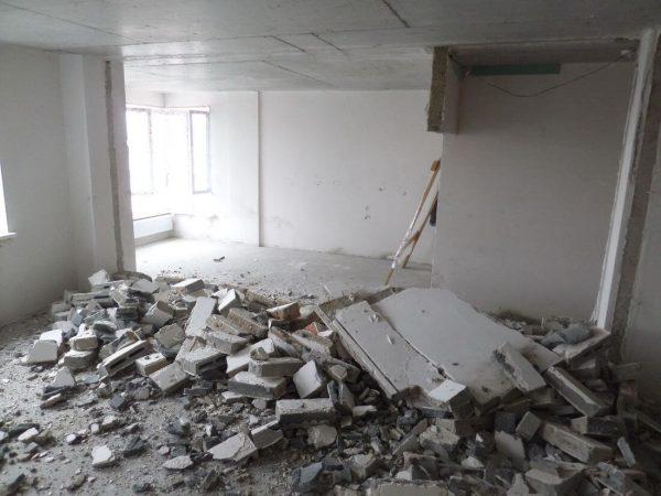 Чем отличается демонтаж бетона от деструкции древесных перегородок